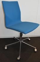 Konferansestol på hjul fra Fourdesign, Danmark, i dyp turkis stofftrekk / krom understell, pent brukt