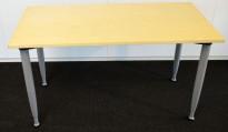 Kompakt skrivebord fra Kinnarps i bjerk finer, 120x60cm, 4 ben i grått, pent brukt