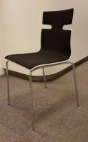 Konferansestol i hvitt med sete og rygg i sort stoff, ben i krom, pent brukt