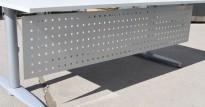 Frontplate / skillevegg / fotskjuler i grålakkert metall fra Kinnarps, 160x35cm, pent brukt