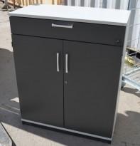 Kinnarps E-serie ringpermreol med dører, lys grå med dører i mørk grå, skuff, 98cm høyde, pent brukt