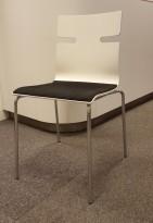 Konferansestol i hvitt med sete i sort stoff, ben i krom, pent brukt