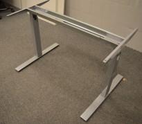 Understell for skrivebord i grålakkert metall fra Dencon, passer plater fra 120cm bredde og større, pent brukt
