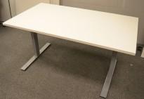 Skrivebord i hvitt / grålakkert metall fra Dencon, 140x80cm, ny plate og pent brukt understell