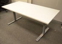 Skrivebord i hvitt / grålakkert metall fra Dencon, 160x80cm, ny plate og pent brukt understell