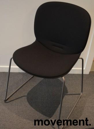 Stablestol / konferansestol fra RBM, modell NOOR i sort med sort stoffsete og rygg, pent brukt bilde 1