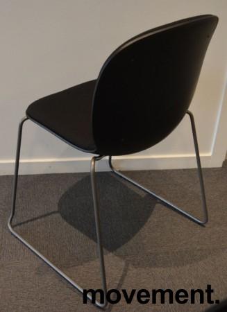 Stablestol / konferansestol fra RBM, modell NOOR i sort med sort stoffsete og rygg, pent brukt bilde 2