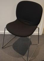 Stablestol / konferansestol fra RBM, modell NOOR i sort med sort stoffsete og rygg, pent brukt