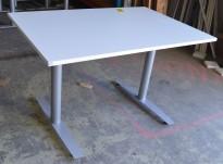 Skrivebord i hvitt / grålakkert metall fra Svenheim, 120x80cm, pent brukt