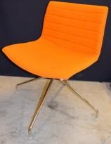 Arper Catifa 56, svingbar lounge-stol i orange / krom, pent brukt
