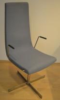 ForaForm Clint konferansestol i lyst blått stoff med høy rygg, understell i krom, armlene pent brukt