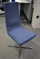 ForaForm Clint konferansestol i blått stoff med høy rygg, understell i krom, armlene pent brukt