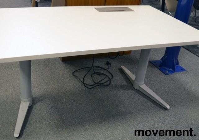 Skrivebord med elektrisk hevsenk fra Edsbyn i hvitt / grått, 140x80cm med kabelluke og kabelbrønn, ny plate, pent brukt understell bilde 4