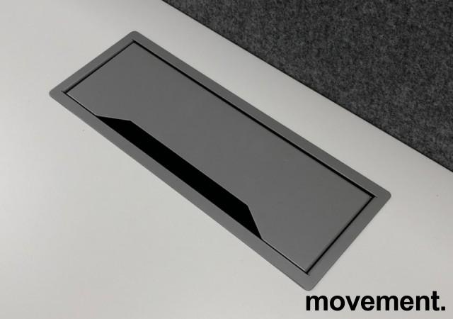 Skrivebord med elektrisk hevsenk fra Edsbyn i hvitt / grått, 140x80cm med kabelluke og kabelbrønn, ny plate, pent brukt understell bilde 3