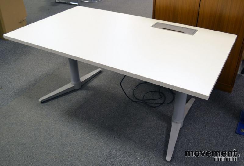 Skrivebord med elektrisk hevsenk fra Edsbyn i hvitt / grått, 140x80cm med kabelluke og kabelbrønn, ny plate, pent brukt understell bilde 2