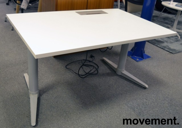 Skrivebord med elektrisk hevsenk fra Edsbyn i hvitt / grått, 120x80cm med kabelluke og kabelbrønn, ny plate, pent brukt understell bilde 4
