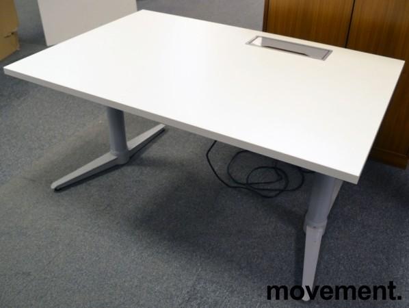 Skrivebord med elektrisk hevsenk fra Edsbyn i hvitt / grått, 120x80cm med kabelluke og kabelbrønn, ny plate, pent brukt understell bilde 2