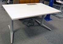 Skrivebord med elektrisk hevsenk fra Edsbyn i hvitt / grått, 120x80cm med kabelluke og kabelbrønn, ny plate, pent brukt understell