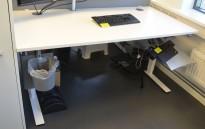 Skrivebord med elektrisk hevsenk fra Dencon i hvitt, 160x80cm, pent brukt