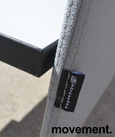 Bordskillevegg i lyst grått stoff fra Götessons, 160x65cm, pent brukt bilde 3