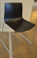 Arper Catifa 46, stablebar design-stol i sort plast / krom, pent brukt