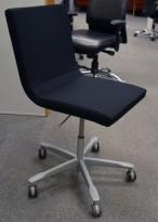 Kinnarps Koy konferansestol på hjul i sort stoff / grålakkert metall, NYTRUKKET