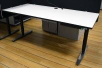 Skrivebord med elektrisk hevsenk fra Linak 180x80cm, lys grå med sort kant / sort og satinert stål, pent brukt