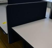 Bordskillevegg i sort stoff fra Lintex, 80x65cm, pent brukt