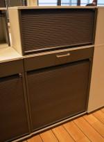 Kinnarps E-serie ringpermreol med sjalusidører, lys grå med dører i mørk grå, skuff, 138cm høyde, pent brukt