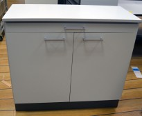 Skap i lys grå med sorteringsskuff, bredde 94,5cm, høyde 86cm, fint til postrom, pent brukt
