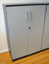 Kinnarps E-serie ringpermreol med dører, mørk grå med dører i lys grå, 3 permhøyder, 125cm høyde, pent brukt