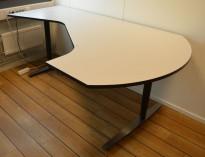 Elektrisk hevsenk skrivebord fra Linak i lys grå med sort kant / sort og satinert stål, 207x120cm hjørneløsning sving h.s., pent brukt