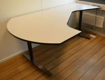Elektrisk hevsenk skrivebord fra Linak i lys grå med sort kant / sort og satinert stål, 207x120cm hjørneløsning sving v.s., pent brukt
