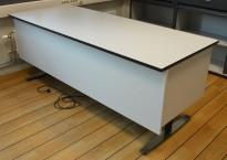 Skrivebord med elektrisk hevsenk fra Linak 200x80cm, lys grå med sort kant / sort og satinert stål, pent brukt