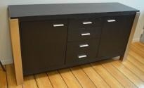 Skjenk / mediabenk i sortbeiset eikefiner / hjørner i stål, 160cm bredde, 80cm høyde, pent brukt
