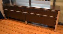 Kinnarps Deciso skjenk i brunsort / satinert stål, 210cm bredde, 72 cm høyde, pent brukt