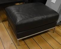 Loungestol / puff i sort skinn, modell Arild fra Ikea, 73cm bredde, pent brukt