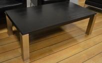 Sofabord / loungebord i sort eikefiner / rustfritt stål, 130x70cm, høyde 42cm, pent brukt