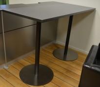 Ståbord / barbord i grå laminat / ben i sortlakkert metall og satinert stål, 170x70cm, høyde 110cm, pent brukt
