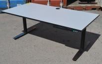 Skrivebord med elektrisk hevsenk fra Linak 160x80cm, lys grå med sort kant / sort og satinert stål, pent brukt