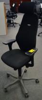 Kontorstol: Kinnarps Synchrone 8000 / Plus 8 i sort stoff, nakkepute i sort stoff, Gel-armlene, høy rygg, pent brukt