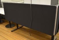 Bordskillevegg i sort stoff fra Lintex, 160x65cm, pent brukt
