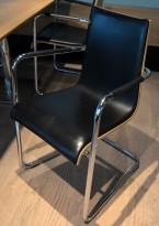 Konferansestol / kantinestol i sort skinn-look / lys trefarge / krom, pent brukt