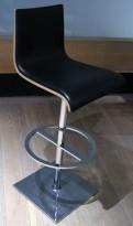 Barkrakk / barstol, sort skinn-look sete / lys trefarge på bakside / krom, sving, sittehøyde 77cm, pent brukt