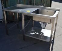 Arbeidsbenk i rustfritt stål 150cm bredde, 70cm dybde, 90cm høyde, kum på h.s., pent brukt