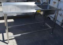 Arbeidsbenk i rustfritt stål 152cm bredde, 65cm dybde, 90cm høyde, kum på h.s., blandebatteri, pent brukt