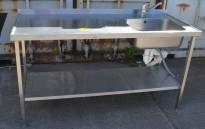 Arbeidsbenk i rustfritt stål 160cm bredde, 65cm dybde, 90cm høyde, kum på h.s., blandebatteri, pent brukt