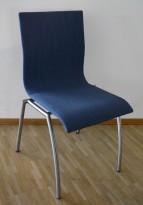 Konferansestol / kantinestol / stablestol i blått stoff fra Kvist Danmark, pent brukt