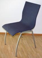 Konferansestol / kantinestol / stablestol i mørk gråblått stoff fra Kvist Danmark, pent brukt