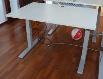 Kompakt elektrisk hevsenk skrivebord, lys grå bordplate 120x80cm, grått understell, pent brukt